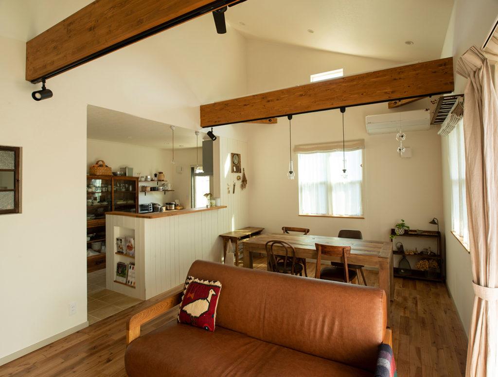 伸びやかな平屋の天井勾配
