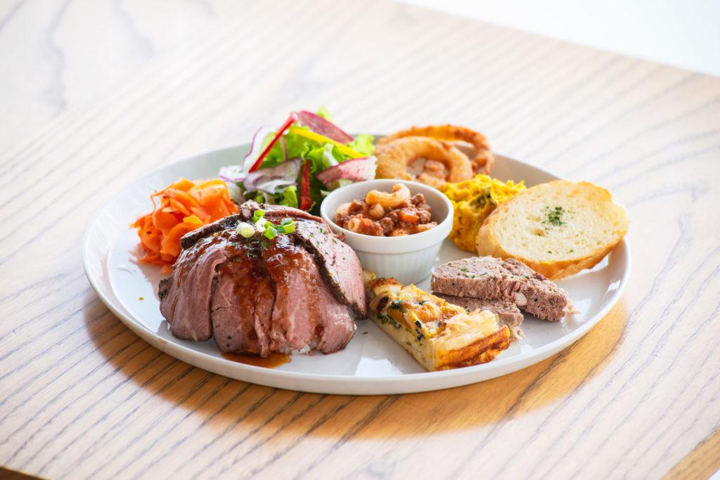 ローストビーフ丼、キッシュ、パテなど7種以上が一度に楽しめる!「よくばりデリプレート」