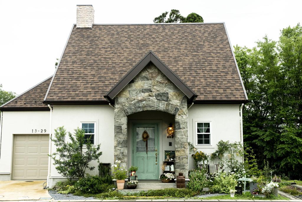 塗り壁の家(335 森に佇む絵本で見たような家)