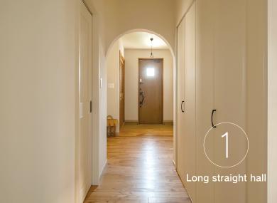 平屋ならではの長いストレートの廊下とアーチ壁