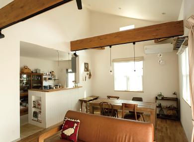 勾配天井で平屋でも開放的な空間を演出できます